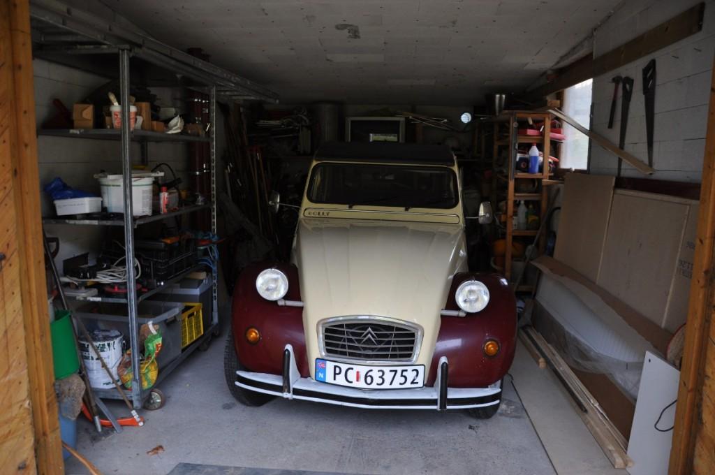 God plass til Dolly i garasjen
