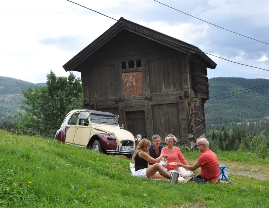 På Øvre Sandland, Kviteseid. Stabburet er frå 1600-talet.